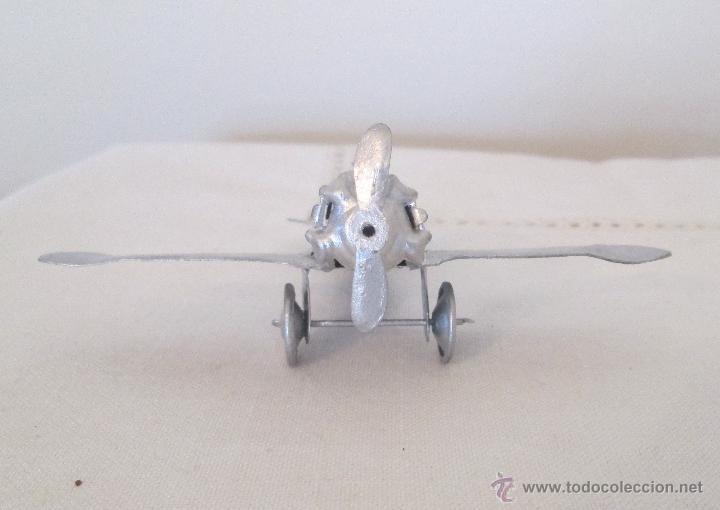 Juguetes antiguos de hojalata: Antiguo avión en hojalata, pintado de plateado - Foto 3 - 42052350