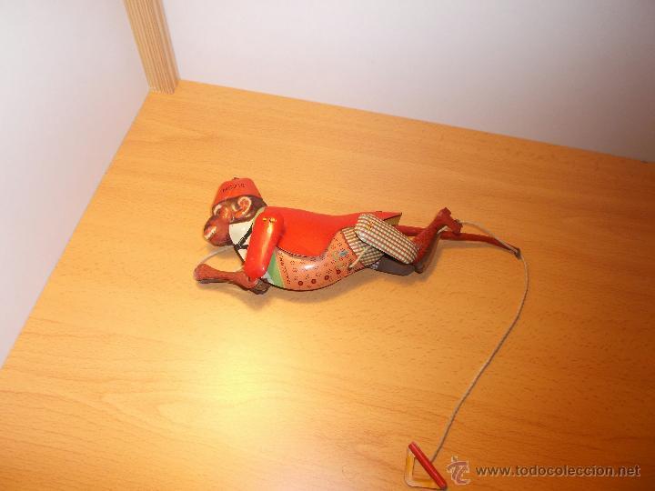 Juguetes antiguos de hojalata: Replica de mono trepador de hojalata a cuerda. - Foto 2 - 42601235