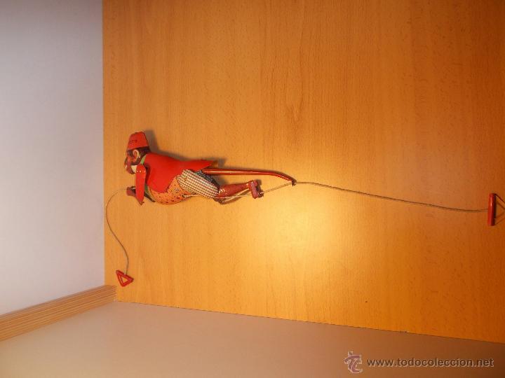 Juguetes antiguos de hojalata: Replica de mono trepador de hojalata a cuerda. - Foto 5 - 42601235
