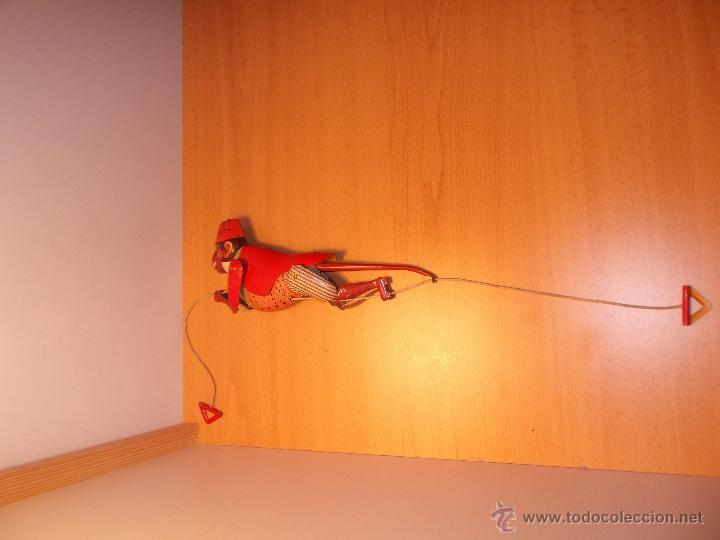 Juguetes antiguos de hojalata: Replica de mono trepador de hojalata a cuerda. - Foto 6 - 42601235