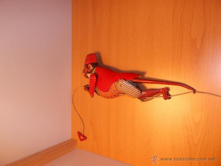 Juguetes antiguos de hojalata: Replica de mono trepador de hojalata a cuerda. - Foto 8 - 42601235
