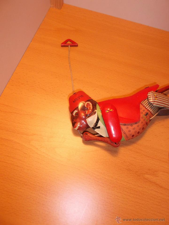 Juguetes antiguos de hojalata: Replica de mono trepador de hojalata a cuerda. - Foto 9 - 42601235