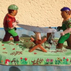 Juguetes antiguos de hojalata: PAREJA DE ASERRADORES EN HOJALATA.. Lote 44643276