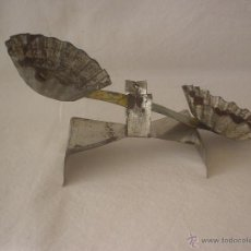 Juguetes antiguos de hojalata: BALANZA - BASCULA DE HOJALATA ARTESANA. Lote 45932064