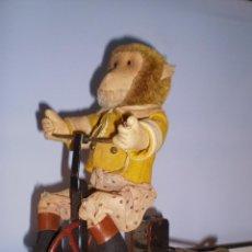 Juguetes antiguos de hojalata: ANTIGUO MONO DE PELUCHE SOBRE TRICICLO - AÑOS 20. Lote 46226188
