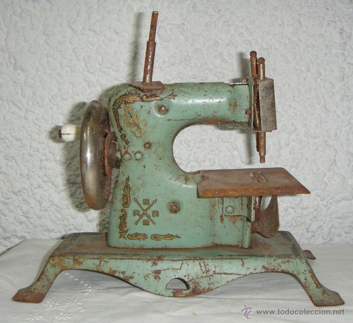 Juguetes antiguos de hojalata: Maquina de Coser de juguete. Marca SAMA nº 3. - Foto 2 - 46895428