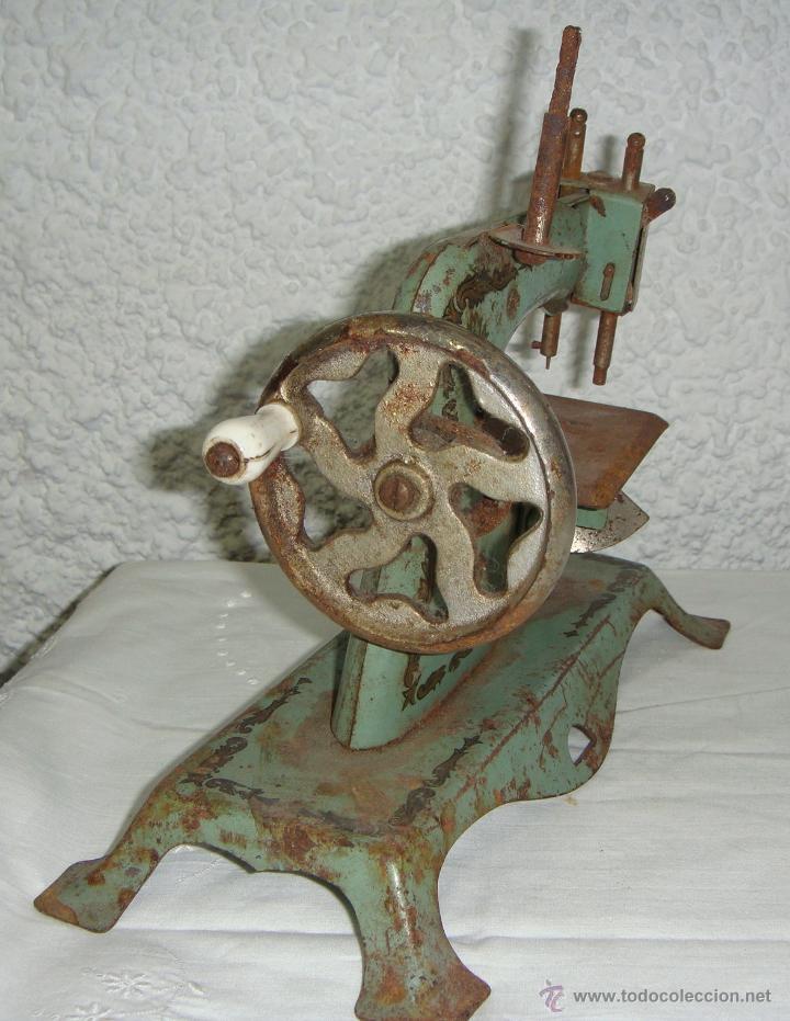 Juguetes antiguos de hojalata: Maquina de Coser de juguete. Marca SAMA nº 3. - Foto 3 - 46895428