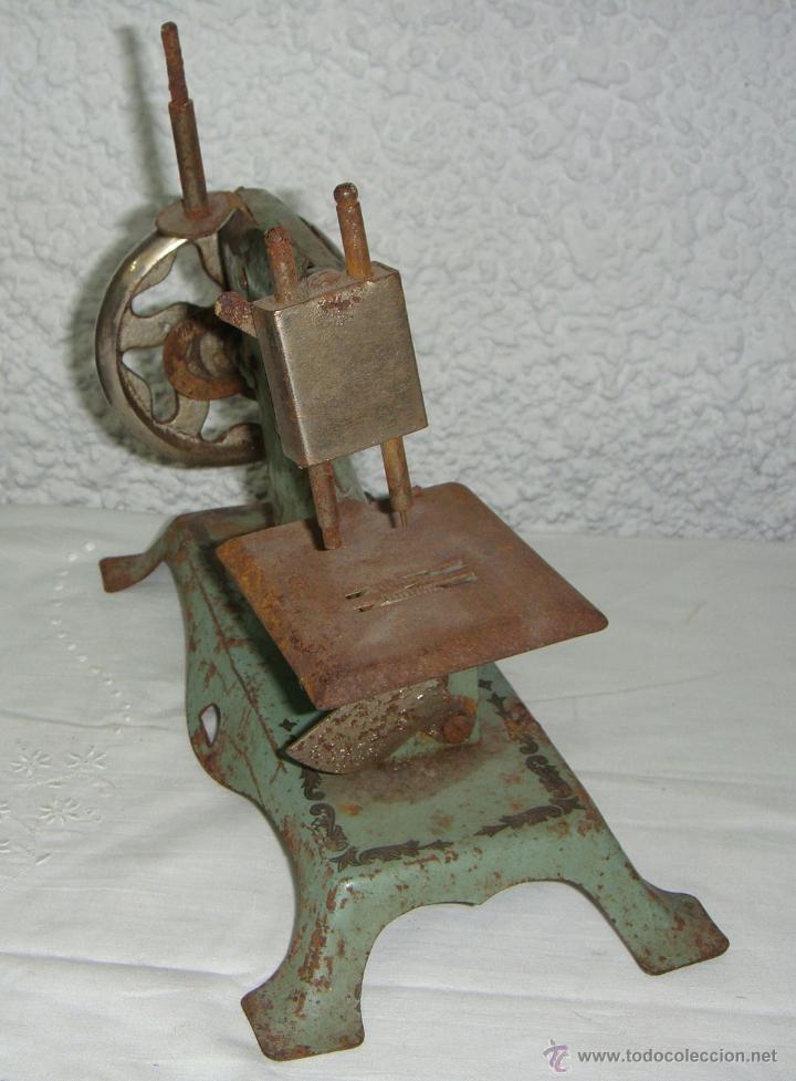 Juguetes antiguos de hojalata: Maquina de Coser de juguete. Marca SAMA nº 3. - Foto 4 - 46895428