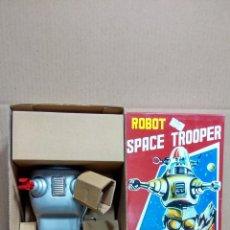Juguetes antiguos de hojalata: ROBOT A ESTRENAR A CUERDA SPACE TROOPER . Lote 48798731