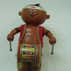 Juguetes antiguos de hojalata: INDIO CON TAMBOR. Lote 48854140