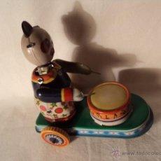 Juguetes antiguos de hojalata: JUGUETE DE HOJA DE LATA LITOGRAFIADA A CUERDA OSO TAMBOR. Lote 52299977