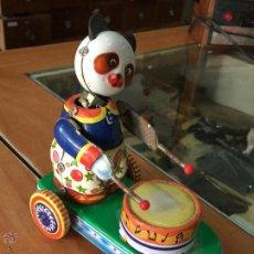 Juguetes antiguos de hojalata: BONITO PANDA TOCANDO EL TAMBOR ENCIMA DE UN PATINETE DE HOJALATA A RESORTE DE CUERDA AUTOMATA. Lote 57909610