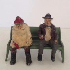 Brinquedos antigos de folha-de-Flandres: MATRIMONIO DE ANCIANOS DE PLOMO SENTADOS EN UN BANCO. J. HILL & COMPANY ENGLAND. AÑOS 20. Lote 52705343