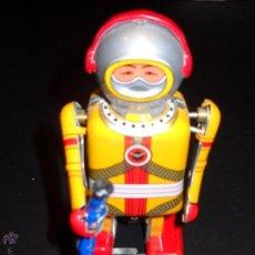 Juguetes antiguos de hojalata: ROBOT A CUERDA. Lote 53401506