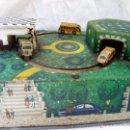 Juguetes antiguos de hojalata: PRECIOSO JUGUETE ANTIGUO DE METAL ESTACIÓN DE AUTOBUSES. Lote 53839873