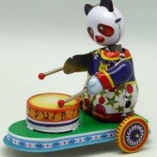 Juguetes antiguos de hojalata: OSO PANDA TOCANDO TAMBOR HOJALATA CUERDA REPRODUCCIÓN NUEVO . Lote 54348490