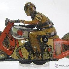 Juguetes antiguos de hojalata: ANTIGUA MOTO Nº 4 DE PAYA A CUERDA -NO CAE-AÑOS 1950S-FUNCIONA PERFECTAMENTE. Lote 54880026
