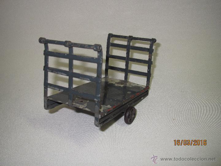 Juguetes antiguos de hojalata: Antiguo Carro Maletero de Estación en Hojalata Pintada y Estañada de GBN BING Bavaria - Año 1910-20s - Foto 2 - 55160359