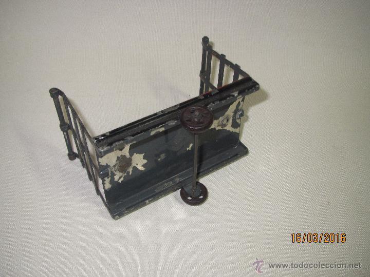 Juguetes antiguos de hojalata: Antiguo Carro Maletero de Estación en Hojalata Pintada y Estañada de GBN BING Bavaria - Año 1910-20s - Foto 3 - 55160359