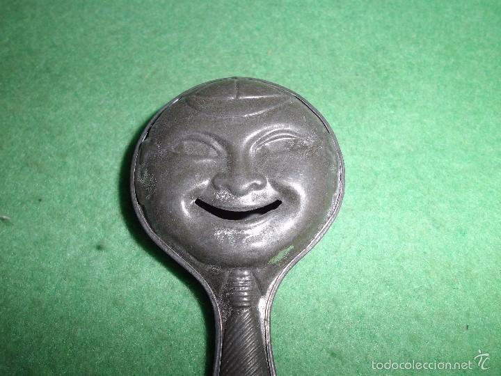 Juguetes antiguos de hojalata: Divertido sonajero Jyesa cara sonriente metal antiguo troquelado hojalata gorra corbata años 30-40 - Foto 3 - 94774191