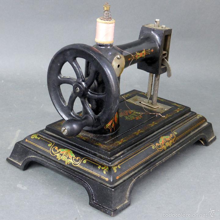 Juguetes antiguos de hojalata: Máquina de coser Baby París Hierro litografíado Unis France años 30 no funciona - Foto 2 - 57185093