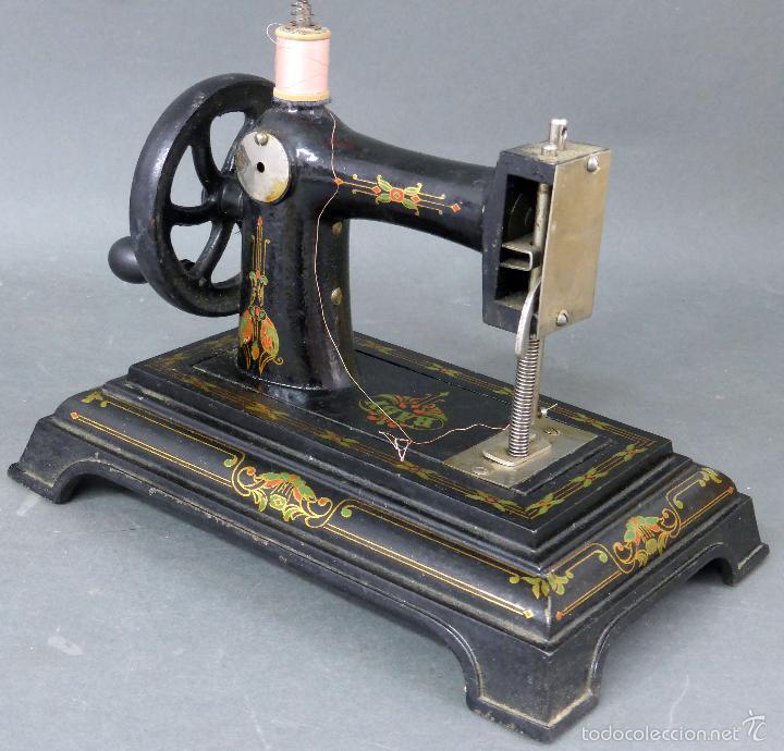 Juguetes antiguos de hojalata: Máquina de coser Baby París Hierro litografíado Unis France años 30 no funciona - Foto 3 - 57185093