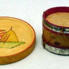Juguetes antiguos de hojalata: TAMBOR CARTÓN Y HOJALATA Y BANDEJA MADERA PINTADA CASA MUÑECAS AÑOS 40. Lote 57344311