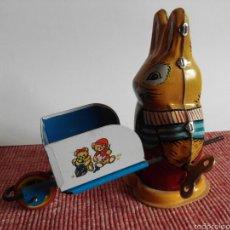 Juguetes antiguos de hojalata: MUNECO FORMA CONEJO DE HOJALATA CON MECANISMO CUERDA. Lote 57397218