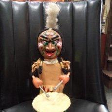 Juguetes antiguos de hojalata: INDIO TOCANDO EL TAMBOR. . Lote 58197309