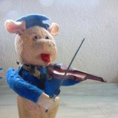 Juguetes antiguos de hojalata: ANTIGUO CERDITO VIOLINISTA AUTOMATA DE PELUCHE. SCHUCO. Lote 58671261