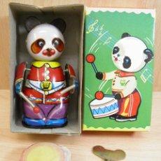 Juguetes antiguos de hojalata: PANDA DRUMMER CLOCKWORK,PANDA TOCANDO EL TAMBOR DE HOJALATA,MADE IN CHINA,EN SU CAJA,AÑOS 50,60. Lote 62297804