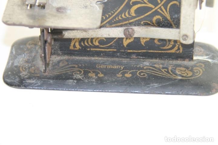 Juguetes antiguos de hojalata: MAQUINA DE COSER. DE VIAJE O JUGUETE. ALEMANA. FUNCIONA. CIRCA 1920 - Foto 5 - 42860156