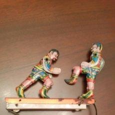 Juguetes antiguos de hojalata: ANTIGUO JUGUETE: LUCHADORES DE LATA - HOJALATA, LITOGRAFIADA.. Lote 68286507