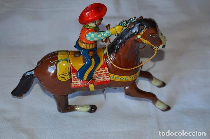 Juguetes antiguos de hojalata: VINTAGE Años 50 - HAJI - Made in JAPAN - WESTERN COWBOY ON HORSE TIN WINDUP TOY ¡Buen estado! - Foto 2 - 68730329