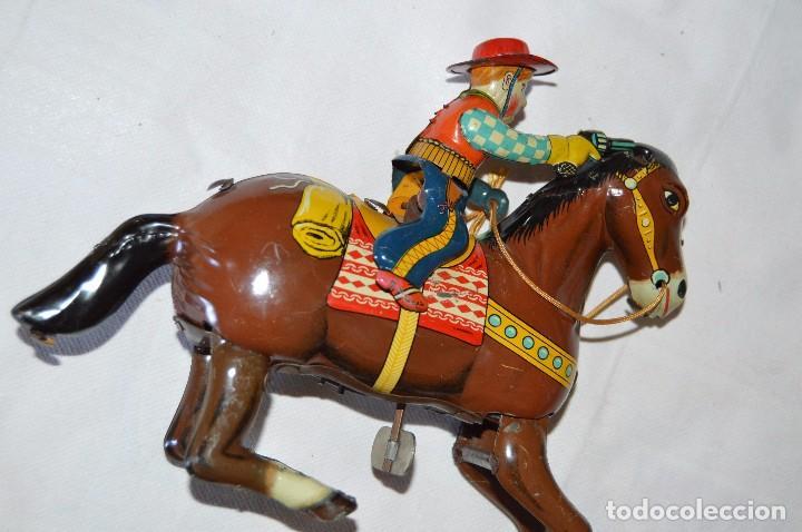 Juguetes antiguos de hojalata: VINTAGE Años 50 - HAJI - Made in JAPAN - WESTERN COWBOY ON HORSE TIN WINDUP TOY ¡Buen estado! - Foto 4 - 68730329