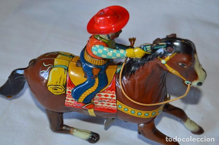 Juguetes antiguos de hojalata: VINTAGE Años 50 - HAJI - Made in JAPAN - WESTERN COWBOY ON HORSE TIN WINDUP TOY ¡Buen estado! - Foto 9 - 68730329