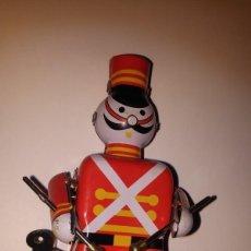 Juguetes antiguos de hojalata: SOLDADO DE CUERDA TAMBOR DE LATA. Lote 68731501