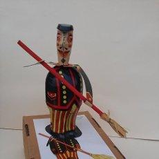 Juguetes antiguos de hojalata: GRACIOSO MUÑECO BARRENDERO. HECHO EN CHAPA LITOGRAFIADA. ACCIONADO A CUERDA.. Lote 69573669