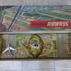 Juguetes antiguos de hojalata: INTERNATIONAL AIRWAYS. JUGUETE A CUERDA. TECHNOFIX. ALEMANIA. 25 X 73 CM MEDIDAS DE LA CAJA.. Lote 73629199
