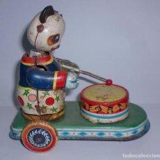 Juguetes antiguos de hojalata: ANTIGUO MUÑECO DE HOJALATA. OSITO TOCANDO EL TAMBOR. NO TIENE LLAVE. VER FOTOS. Lote 76471691