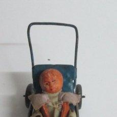 Juguetes antiguos de hojalata - Sillita en hojalta engrapada con bebe de molde en pasta - 76735559