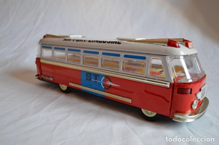 Juguetes antiguos de hojalata: Antiguo autobús Airport limousine MF 910. A fricción. romanjuguetesymas. - Foto 7 - 78142565