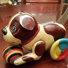 Brinquedos antigos de folha-de-Flandres: ANTIGUO JUGUETE. PERRO DE LATA (HOJALATA) LITOGRAFIADA. AÑOS 80. SE MUEVE CON TRACCIÓN TRASERA.. Lote 85258923