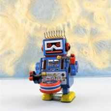 Juguetes antiguos de hojalata: ROBOT A CUERDA TAMBOR. Lote 86095120