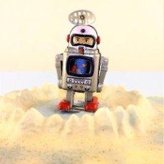 Juguetes antiguos de hojalata: ROBOT A CUERDA ASTRONAUTA. Lote 86095628