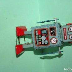 Juguetes antiguos de hojalata: MUÑECO ROBOT HOJALATA . Lote 86952740