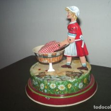 Juguetes antiguos de hojalata: LAVANDERA DE HOJALATA, GERMANY. Lote 87163136