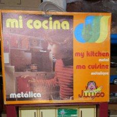 Juguetes antiguos de hojalata: COCINA METÁLICA JUGUETES JUYCO -AÑOS 70-80-EN SU CAJA ORIGINAL.38X47X12CM. Lote 88695628