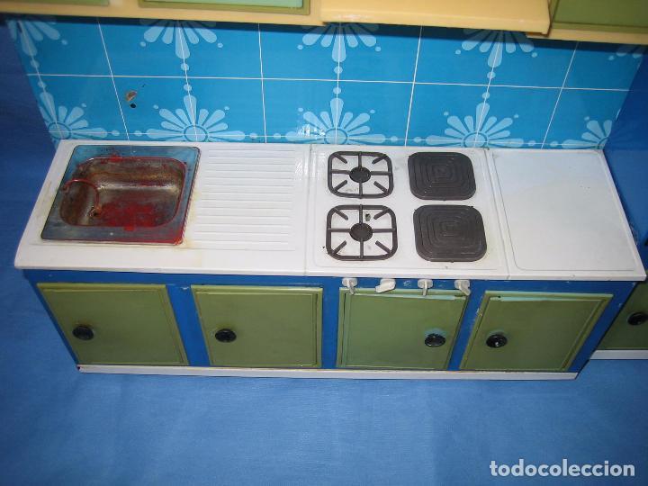 Juguetes antiguos de hojalata: Antigua cocina de juguete en chapa y plástico. Años 60 o 70 - Foto 3 - 89216140