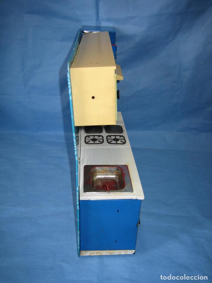 Juguetes antiguos de hojalata: Antigua cocina de juguete en chapa y plástico. Años 60 o 70 - Foto 8 - 89216140